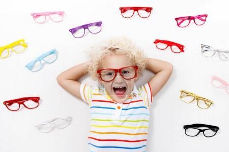 Test visuel enfant à ?il. Enfant chez optitian. Lunettes pour enfants .