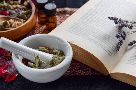 Photo pour Thérapie alternative aux huiles essentielles et livre - image libre de droit