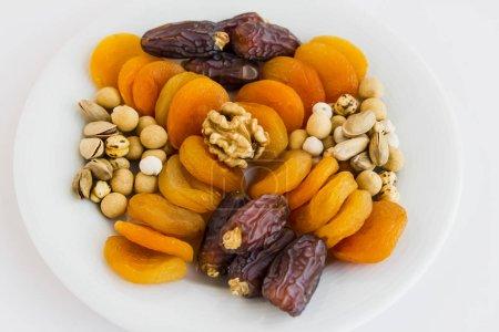 Photo pour Plan de gros plan de délicieux fruits séchés et noix - image libre de droit
