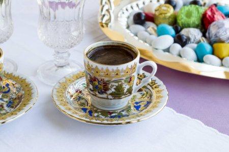Photo pour En gros plan de délicieux bonbons turkish sur la table du dîner de la fête islamique - image libre de droit