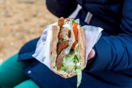 Photo pour Femme a un kebab dans la main - image libre de droit