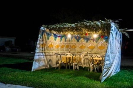 Photo pour Soucca tissu décoré avec motif imprimé et texte hébreu de bénédiction : Accorde la paix partout bonté et bénédiction, grâce, bonté et miséricorde envers nous et à tout Israël, ton peuple. Nuit - image libre de droit