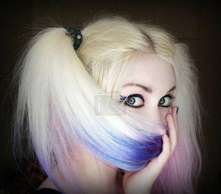 Photo pour Belle fille avec les cheveux teints . - image libre de droit