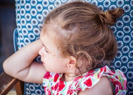 Photo pour Mignon portrait de petite fille portant robe fraise et regardant de côté - image libre de droit