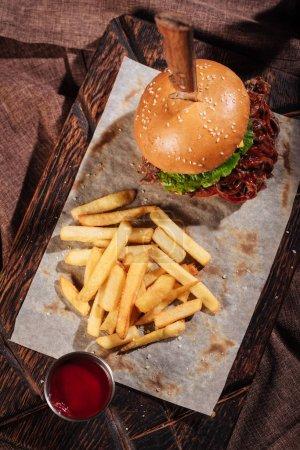 Draufsicht auf Burger und Pommes auf Tablett