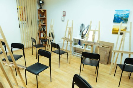 Spacious painting class with professional equipment