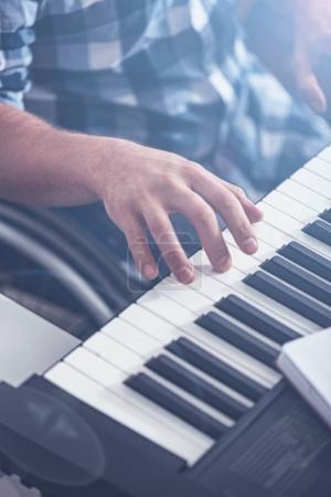 Créative piano de jeu bénéficiant non valide dans le studio