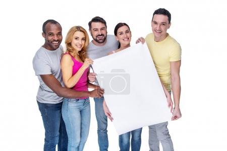 Photo pour Mes chers amis. Beaux jeunes amis inspirés souriant et tenant une pancarte et debout dans une file d'attente et portant des vêtements décontractés - image libre de droit