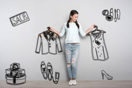 Photo pour Incroyable vente. Belle jeune femme voir une grande vente et à l'aide de cette occasion pour l'achat de nouveaux vêtements avec un rabais - image libre de droit