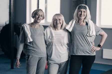 Trois femelles seniors, posant pour la caméra dans la salle de gym
