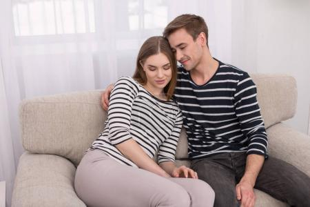Photo pour Je t'aime. Heureux homme et femme aimant assis ensemble et étreignant - image libre de droit