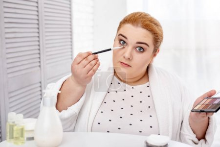 Déterminé la femme robuste application maquillage