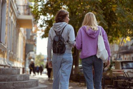 Foto de Niñas relajadas vestidas con ropa casual mientras pasan el tiempo libre al aire libre. - Imagen libre de derechos
