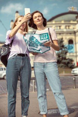 Foto de Miren aquí. Cuidado morenita en el mapa de la ciudad y escogiendo la ruta de su paseo. - Imagen libre de derechos