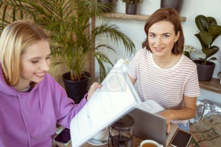Foto de Únete a nosotros. Una guapa morenita con una sonrisa en la cara, mirando la cámara. - Imagen libre de derechos