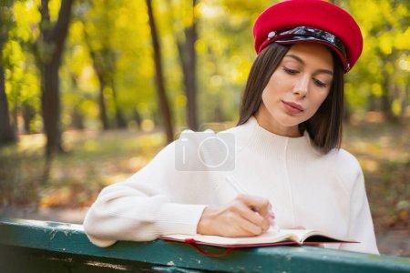 Foto de Una joven atractiva que lleva sombrero elegante al aire libre - Imagen libre de derechos