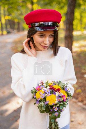Foto de Sentir felicidad. Sorprendente chica que expresa positividad mientras se encuentra en el primer plano. - Imagen libre de derechos