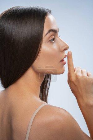 Foto de Espere un momento. Foto de perfil de una mujer atractiva que mira hacia delante - Imagen libre de derechos