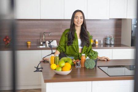 Photo pour Vue de devant d'une cuisinière moderne posant pour la caméra - image libre de droit
