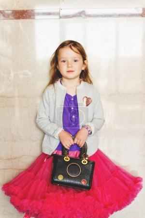 Photo pour Douce petite bambin fille portait moelleux tutu jupe, veste sweatshirt gris, tenant le sac pour femme - image libre de droit