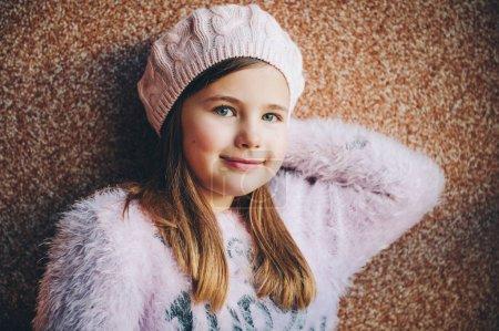 Photo pour Gros plan le portrait de la jolie petite fille qui porte béret rose et moelleux pull, mode d'hiver pour les enfants - image libre de droit
