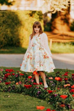 Photo pour Portrait en plein air de jolie petite fille vêtue d'une robe magnifique, jouant dans le parc du printemps - image libre de droit