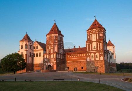Photo pour Célèbre château de Mir (Biélorussie) le soir - image libre de droit