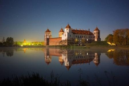 Photo pour Le célèbre château de Mir (Biélorussie) au clair de lune - image libre de droit