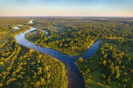 Photo pour Vue aérienne d'une rivière le matin - image libre de droit