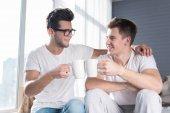 Homosexuelle Paare, die zusammen ein heißes Getränk