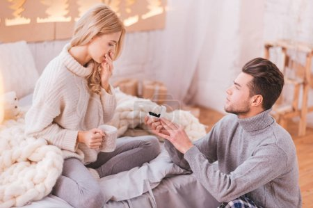 Aimant attrayant homme tenant une boîte avec une bague de fiançailles