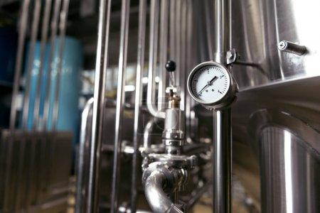Photo pour Contrôle des processus important. Jauge de mesure et tubes utilisés en brasserie. - image libre de droit