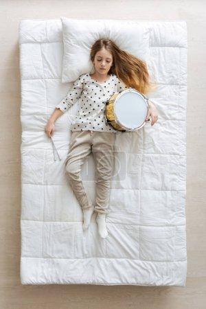 Lindo baterista poco sonido dormido