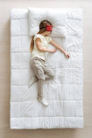 Relajada chica bonita acostada en su cama suave
