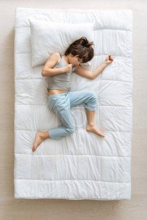 Un joven inquieto tratando de dormir