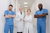 Veselá lékaři usmívající se v klinice