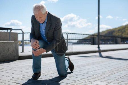 Anciano caballero de repente siendo herido en la calle