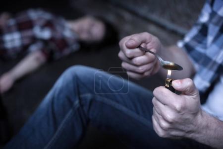 L'héroïne accro fou chauffage nouvelle dose dans la rue