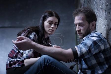 Accro de drogue indifférent injection de l'héroïne en couple à l'intérieur