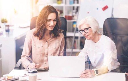 kreative prominente Geschäftsfrau teilt ihre Vision
