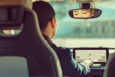 Photo pour Technologies modernes. Jeune femme attentive regardant un écran de gadget et tapant l'adresse d'un centre d'affaires - image libre de droit