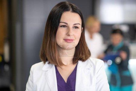 Photo pour Bel médecin. Magnifique docteur brun vêtu d'une robe blanche d'apparence réfléchie. - image libre de droit