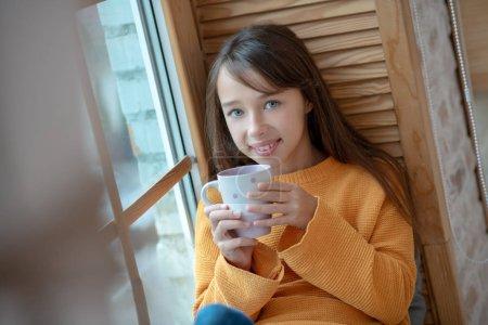 Photo pour Se sentir bien. Fille émoussée aux cheveux longs, heureuse de prendre le thé du matin - image libre de droit