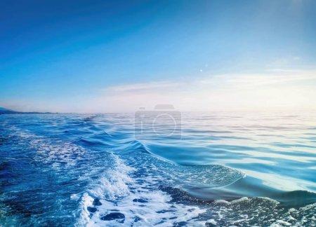 Photo pour Mer bleu clair le matin - image libre de droit