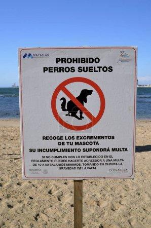 Photo pour Un panneau de la ville de Mazatlan en espagnol indique que les chiens qui font caca le long de la rue et de la plage sont interdits . - image libre de droit