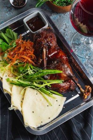 Photo pour Canard au four avec légumes, pain et sauce - image libre de droit