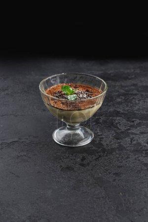 Photo pour Mini dessert tiramisu à la menthe à la crème et au fromage sur fond noir - image libre de droit