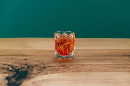 Photo pour Délicieux cocktail orange avec tranches de glace et citron - image libre de droit