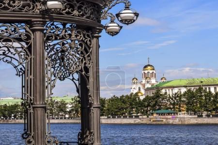 Photo pour Ekaterinbourg. Embankment d'un étang de la ville avec vue sur le Temple-sur-Sang - image libre de droit
