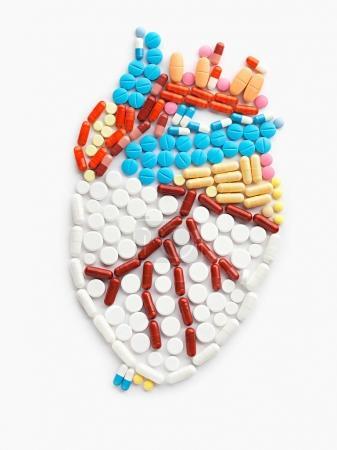 Photo pour Pilules sous la forme d'un cœur humain et les médicaments. - image libre de droit